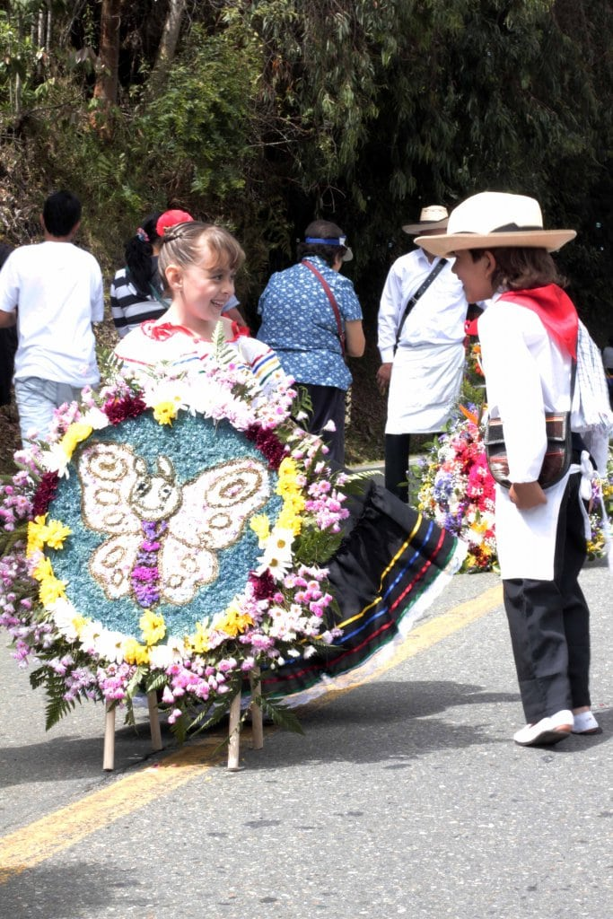Ni os desfilaron orgullosos de la tradici n paisa en for Silletas para ninos