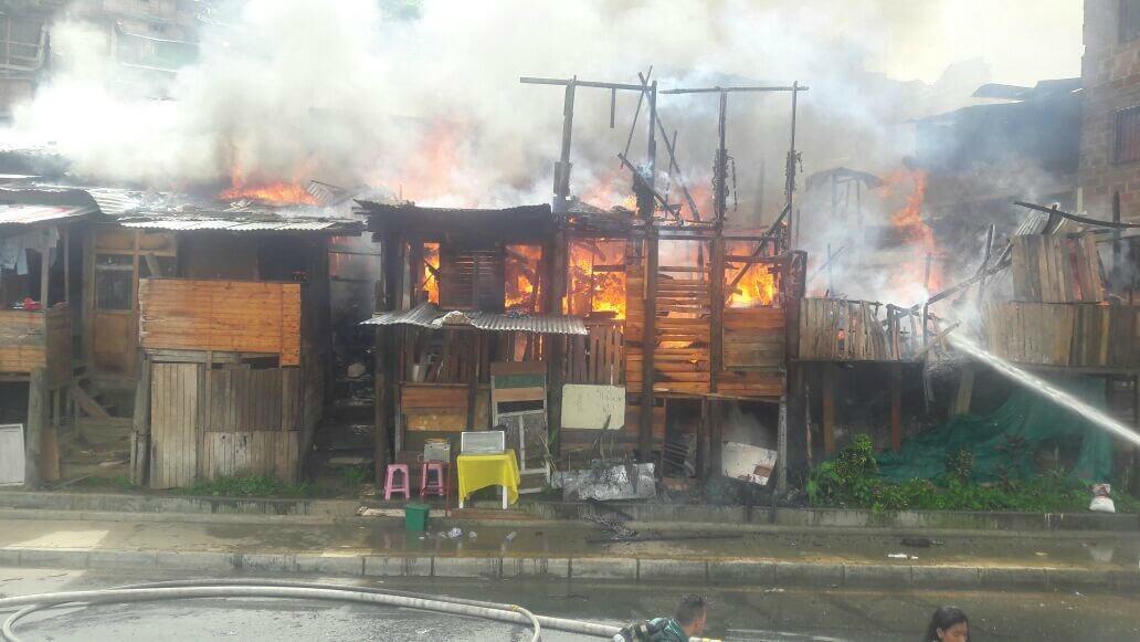 Consume incendio decenas de viviendas en Medellín