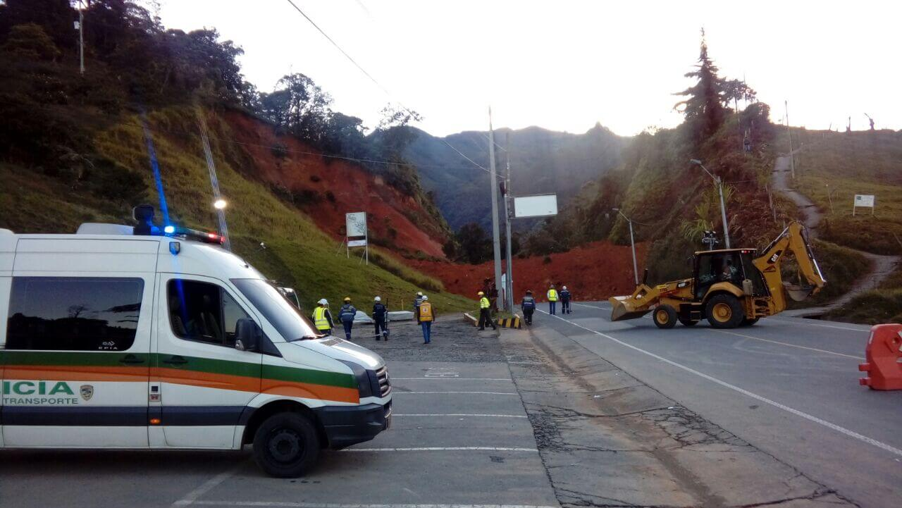Vía Medellín Santa Fe de Antioquia taponada por deslizamiento de tierra
